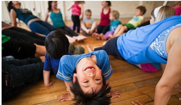 Cours de yoga en famille